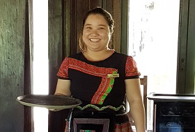 Puur Vietnam reis Mai Chau Eco Lodge Serveerster
