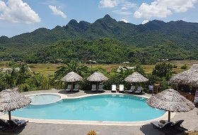 Puur Vietnam reis Mai Chau Eco Lodge zwembad uitzicht